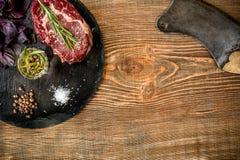 Высушите постаретый сырцовый стейк говядины с ингридиентами для жарить Стоковая Фотография RF