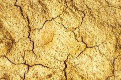 Высушите треснутую предпосылку коричневой грязи естественную абстрактную Стоковое Фото