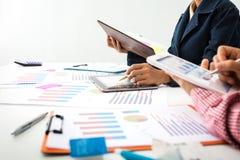 Высчитывать налога бизнес-леди в офисе Стоковая Фотография RF