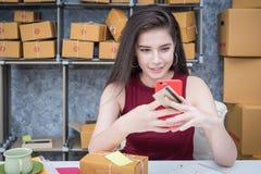 Высчитывать цену почтового сбора малого пакета, предприятие мелкого бизнеса Стоковые Изображения