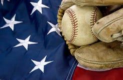 Высшая лига бейсбола с американским флагом и перчаткой стоковые фотографии rf