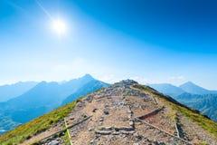 Высшая точка в горах - завоевание саммита стоковая фотография rf
