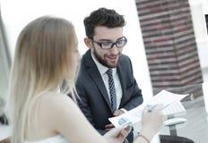 Высший руководитель и работник обсуждая финансовые документы Стоковое фото RF
