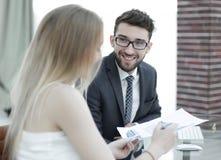 Высший руководитель и работник обсуждая финансовые документы Стоковые Фотографии RF