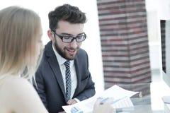 Высший руководитель и работник обсуждая финансовые документы Стоковое Изображение RF