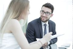 Высший руководитель и работник обсуждая финансовые документы Стоковое Изображение