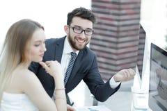 Высший руководитель и работник обсуждая финансовые документы Стоковые Изображения RF
