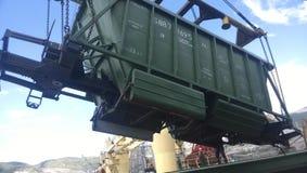 Высыпание зерна от автомобиля в владение топливозаправщика Завалка зерна грузового помещения корабля Стоковые Изображения