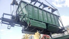 Высыпание зерна от автомобиля в владение топливозаправщика Завалка зерна грузового помещения корабля Стоковая Фотография