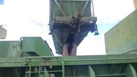 Высыпание зерна от автомобиля в владение топливозаправщика Завалка зерна грузового помещения корабля Стоковые Фотографии RF