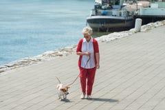 выследите ее старшую женщину Стоковая Фотография RF