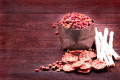 Выследите закуску, жевания собаки, печенья собаки на серые деревянные животики Стоковое Фото