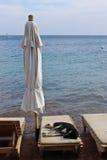 Выследите ослаблять на кровати пляжа в Dahab стоковые фото