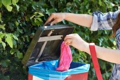 Выследите предпринимателя кладя сумку кормы в ящик на прогулку Стоковая Фотография