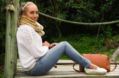Вытаращиться красивой молодой созерцательной женщины сидя на природе Стоковое фото RF