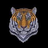 Вытаращиться тигра головной благородный Стикер заплаты вышивки вид спереди Striped апельсином черная печать ткани текстуры стежко Стоковая Фотография RF