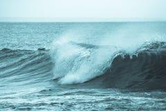 Вытекая волна моря около побережья Стоковые Фотографии RF