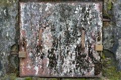 Вытравленная Grungy дверь металла стоковая фотография