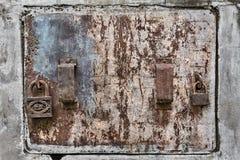Вытравленная Grungy дверь металла стоковое фото rf