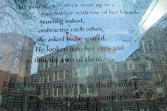 Вытравленные слова оставшийся в живых холокоста на мемориале стоковое фото