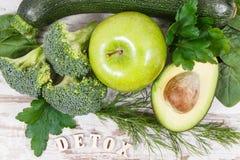 Вытрезвитель надписи при фрукты и овощи содержа естественные минералы, витамины и волокно, концепцию detoxification стоковое фото rf