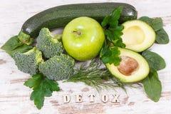 Вытрезвитель надписи с фруктами и овощами содержа естественные минералы, витамины и волокно, концепцию detoxification стоковые фотографии rf