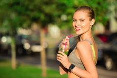 Вытрезвитель smoothie питья молодой женщины здоровый outdoors стоковое фото