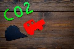 Вытыхание автомобиля, СО2, дым Автомобиль и вырез дыма на темном деревянном взгляд сверху предпосылки копируют космос Стоковые Фотографии RF