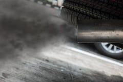 Вытыхание от черного автомобиля, концепция загрязнения воздуха стоковое изображение rf