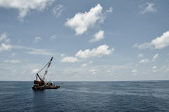 Вытягивайте шею баржа поднимая тяжелый груз или тяжелый подъем в оффшорную нефтяную промышленность нефти и газ Большая шлюпка раб Стоковые Фотографии RF