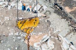 Вытягивайте шею крюк на предпосылке земли грязи здания Стоковая Фотография RF