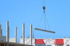 Вытягивайте шею крюк с нагрузкой и часть здания под конструкцией Стоковые Изображения RF