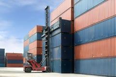 Вытягивайте шею поднимите вверх коробку контейнера нагружая к депо контейнера Стоковое Изображение