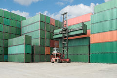 Вытягивайте шею поднимите вверх коробку контейнера нагружая к депо грузового контейнера Стоковое Изображение