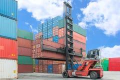 Вытягивайте шею lifter регулируя коробку контейнера нагружая к депо Стоковое Фото