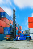 Вытягивайте шею lifter регулируя коробку контейнера нагружая для того чтобы перевезти на грузовиках Стоковая Фотография
