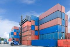 Вытягивайте шею lifter регулируя коробку контейнера нагружая для того чтобы перевезти на грузовиках Стоковые Фотографии RF