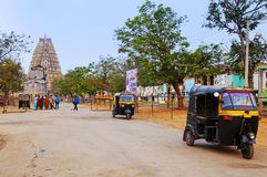 Вытягиванная рикша около виска Virupaksha индусского в Hampi, Индии Стоковая Фотография