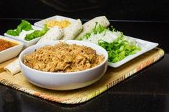 Вытягиванные цыпленок и ингридиенты для tacos Стоковое фото RF