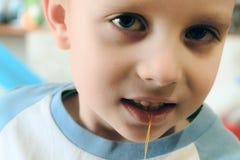 Вытягивать вне зуб ребенка с потоком стоковые фото