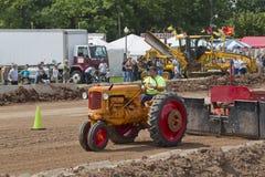 Вытягивать Миннеаполис померанцовый & красный трактора Стоковое Фото