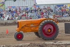 Вытягивать трактора Миннеаполис Moline Стоковые Фотографии RF