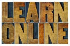 Выучите онлайн в типе блоках letterpress деревянном печатания Стоковые Изображения