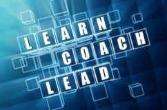 Выучите, тренируйте, приведите в кубах синего стекла Стоковые Фотографии RF