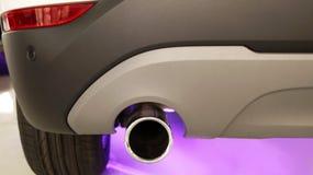 Выхлопная труба автомобиля позади проблемы с экологичностью стоковое фото rf