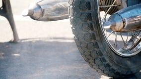 Выхлопная труба мотоцилк выпуская перегар в воздухе видеоматериал