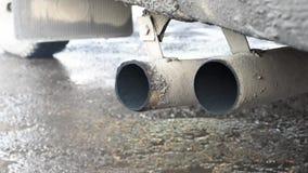 Выхлопные газы, черный дым приходя из трубы автомобиля сток-видео