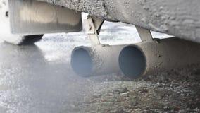 Выхлопные газы, черный дым приходя из трубы автомобиля акции видеоматериалы