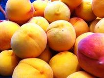 выходите померанцовые персики вышед на рынок на рынок Стоковые Изображения