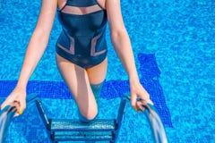 Выходить женщины открытого моря в бассейне стоковое изображение